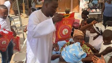 Photo of PHOTOS: Ohene Kwame Frimpong Gives Rice And Chicken To Widows On Boxing Day